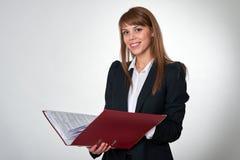 Junge Frau mit einer roten Mappe Stockfotografie