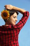 Junge Frau mit einer Sonnenblume stockbilder