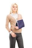 Junge Frau mit einer tragenden Armklammer des gebrochenen Armes Lizenzfreie Stockfotografie