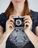 Junge Frau mit einer Zeiss-Kamera stockfotos