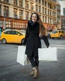 Junge Frau mit Einkaufenbeuteln lizenzfreie stockbilder