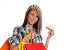 Junge Frau mit Einkaufenbeuteln und -Kreditkarte Stockfotografie