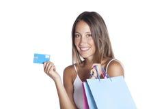 Junge Frau mit Einkaufenbeuteln und -Kreditkarte Lizenzfreie Stockfotos