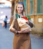 Junge Frau mit Einkaufstasche Lizenzfreie Stockfotografie