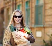 Junge Frau mit Einkaufstasche Lizenzfreies Stockbild