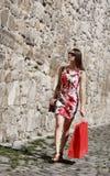 Junge Frau mit Einkaufstasche in einer Stadt-Straße lizenzfreies stockfoto