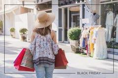 Junge Frau mit Einkaufstaschen am Einkaufszentrum lizenzfreie stockfotos