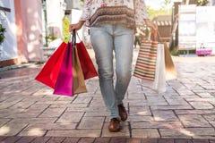 Junge Frau mit Einkaufstaschen am Einkaufszentrum lizenzfreie stockbilder