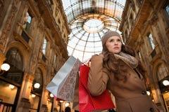 Junge Frau mit Einkaufstaschen im Galleria Vittorio Emanuele II Stockfotos