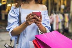 Junge Frau mit Einkaufstaschen im Shop lizenzfreies stockfoto