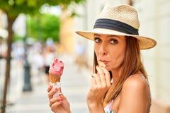 Junge Frau mit Eiscreme Lizenzfreies Stockfoto
