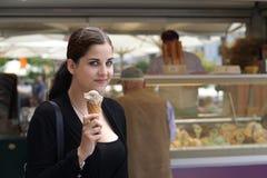 Junge Frau mit Eiscremekegel Stockfotografie