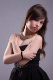 Junge Frau mit elegantem schwarzem Kleid, halten lizenzfreie stockfotos