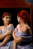 Junge Frau mit eleganter umsponnener Frisur und Berufsmake-up stockfotografie