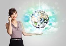 Junge Frau mit Erd- und Wolkenkonzept Stockbild