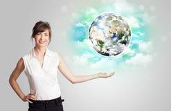 Junge Frau mit Erd- und Wolkenkonzept Lizenzfreies Stockbild