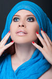 Junge Frau mit erstaunlichen Augen und Make-up Stockbild