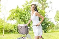 Junge Frau mit Fahrrad lizenzfreie stockfotografie
