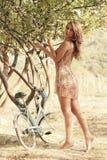 Junge Frau mit Fahrrad in einem Park Stockfotos