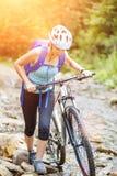 Junge Frau mit Fahrradfurt der Gebirgsbach stockbilder