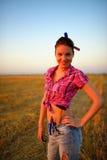 Junge Frau mit Flachzange, Hammer und Rouletten am Feld Lizenzfreies Stockfoto