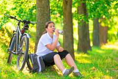 Junge Frau mit Flasche des Wasserstillstehens Stockfoto