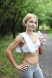 Junge Frau mit Flasche Wasser Stockbilder