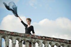 Junge Frau mit Flugwesengewebe auf Terrasse lizenzfreie stockfotografie