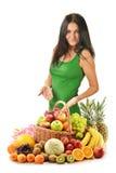 Junge Frau mit Früchten im Weidenkorb Lizenzfreie Stockfotos