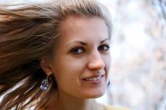 Junge Frau mit Frühlingsblumen Lizenzfreie Stockfotos
