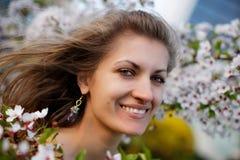 Junge Frau mit Frühlingsblumen stockbilder