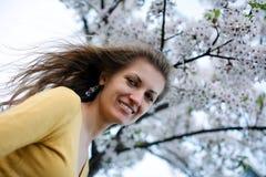 Junge Frau mit Frühlingsblumen Lizenzfreie Stockbilder