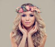 Junge Frau mit Frühlingsblumen Gesichtsbehandlung Lizenzfreie Stockfotos