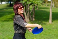 Junge Frau mit Frisbee Lizenzfreies Stockfoto