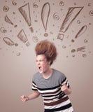 Junge Frau mit Frisur und Hand gezeichneten Ausrufszeichen Stockfotos