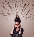 Junge Frau mit Frisur und Hand gezeichneten Ausrufszeichen Stockfoto