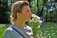 Junge Frau mit Gänseblümchen Lizenzfreies Stockfoto