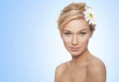 Junge Frau mit Gänseblümchen im Haar Stockbilder