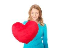 Junge Frau mit geformtem Kissen des Inneren Stockfotos