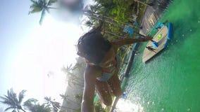 Junge Frau mit gehen aktionskamerasprünge im Pool in der Anziehungskraft gleiten n-Fliege auf Insel Koh Phangan am sonnigen Tag P stock video footage