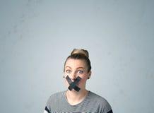 Junge Frau mit geklebtem Mund Stockfotos