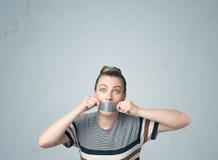 Junge Frau mit geklebtem Mund Lizenzfreies Stockfoto