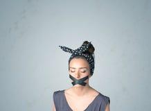 Junge Frau mit geklebtem Mund Lizenzfreie Stockfotografie