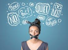 Junge Frau mit geklebtem Mund und Gedanken bewölkt sich Lizenzfreie Stockfotos