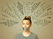 Junge Frau mit geklebtem Mund und gelockten Linien Stockfotos