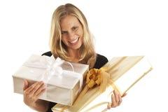 Junge Frau mit Geschenken Lizenzfreies Stockfoto