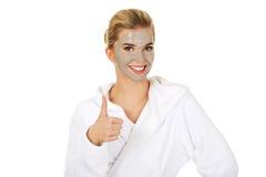 Junge Frau mit Gesichtsmaske zeigt OKAYzeichen lizenzfreie stockbilder
