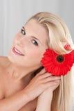 Junge Frau mit gesunder Haut und Blume Stockbilder