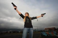Junge Frau mit Gewehren Stockfotos