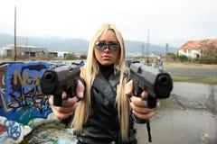 Junge Frau mit Gewehren Lizenzfreie Stockfotos